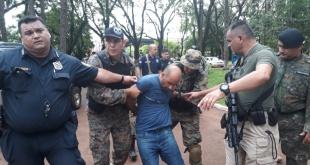 Momento en que los efectivos policiales trasladan a Carlos Henrique Bessa (42), tras recapturarlo. Foto: Gentileza.