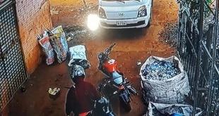 Imagen del circuito cerrado en la que aparece uno de los delincuentes, al momento en que iba a abordar su motocicleta.
