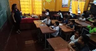 Así con las aulas totalmente inundadas, los alumnos y educadores están obligados a sufrir cada vez que llueve.