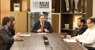 El director de Itaipú, José Alberto Alderete, brindando información sobre lo sucedido con las becas.