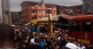 Un edificio de tres plantas que albergaba una escuela de educación primaria se derrumbó este miércoles en la ciudad nigeriana de Lagos. Foto: La Tercera