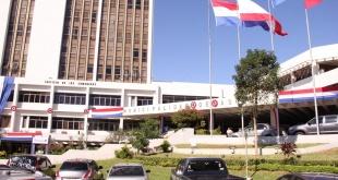 Fachada de la Municipalidad de Asunción. Existe una superpoblación de funcionarios en la institución.