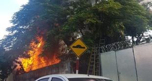 La Policía Municipal bloqueó varias calles de la zona a fin de permitir el trabajo de los Bomberos. Foto: @pmtasuncion1.