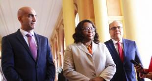 El ministro de Salud, Julio Mazzoleni, y la directora de la OPS, Carissa Etienne.