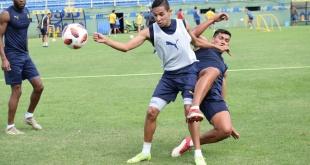 Los jugadores del Sportivo Luqueño disputan la pelota durante una de las prácticas. Foto: Club Sportivo Luqueño-Prensa.