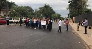 Los desvinculados de TSJE cerraron ayer la Avda. Eusebio Ayala, creando un caos en el tránsito vehicular.