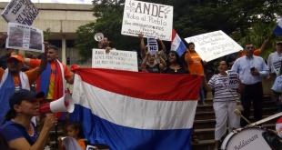 La protesta frente a la oficina de la ANDE en Asunción, sobre la calle España.