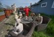 """Jason Windus se """"vengó"""" de sus vecinos con una fiesta nudista de maniquíes."""