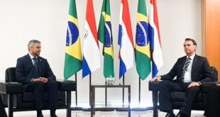 Abdo Benítez, y Bolsonaro, reafirmaron la importancia de la cooperación bilateral para el combate al crimen organizado transnacional. Foto: Presidencia.