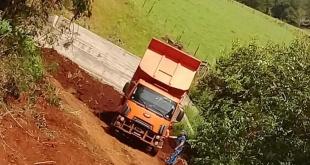 En la oportunidad, los trabajadores realizan el cargamento del terraplén de aproximación de ambas cabeceras del futuro puente en el Barrio San Isidro, Km 53.