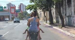 Los motociclistas se exponen al peligro sin usar las medidas de protección.