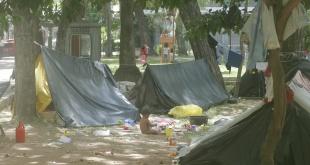 Indígenas apostados en plazas céntricas de Asunción. El drama de los nativos parece insuperable.