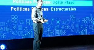 Santiago Peña en su conferencia y lanzando recomendaciones para salir de la crisis.