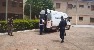 Los presuntos criminales fueron trasladados con una fuerte dotación policial.