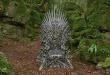 El Trono de hierro está colocado en un bosque misterioso.