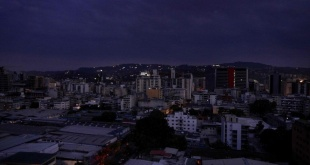 """El régimen de Nicolás Maduro denunció que el apagón se debe a un """"ciberataque"""" de Estados Unidos. Foto: BBC.com."""