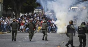 Agentes de la Guardia Nacional Bolivariana, gobernados por el dictador Maduro, reprimen a manifestantes en Venezuela.