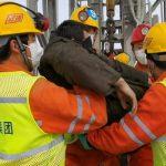 Rescatan a once de los mineros atrapados desde hace dos semanas en China