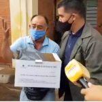 Hombre desesperado irrumpe en acto oficial y pide remedios para su hermano