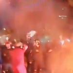 """Policía antidisturbios levanta """"bandera blanca"""" como signo de rendición"""