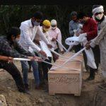 Los cementerios y crematorios de la India, desbordados por una nueva ola de Covid