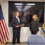 Servicio de Alguaciles de los Estados Unidos distingue a Sandra Quiñónez con placa de reconocimiento